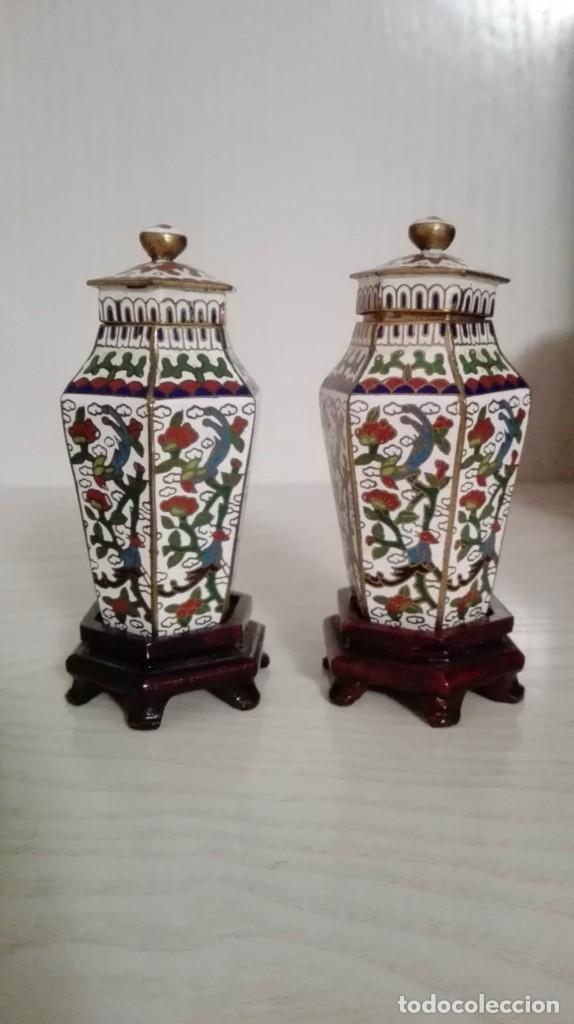 TIBORES - JARRONES CHINOS EN ESMALTE CLOISSONNÉ, S.XX. MOTIVOS VEGETALES SOBRE FONDO BLANCO. PRECIOS (Antigüedades - Porcelanas y Cerámicas - China)