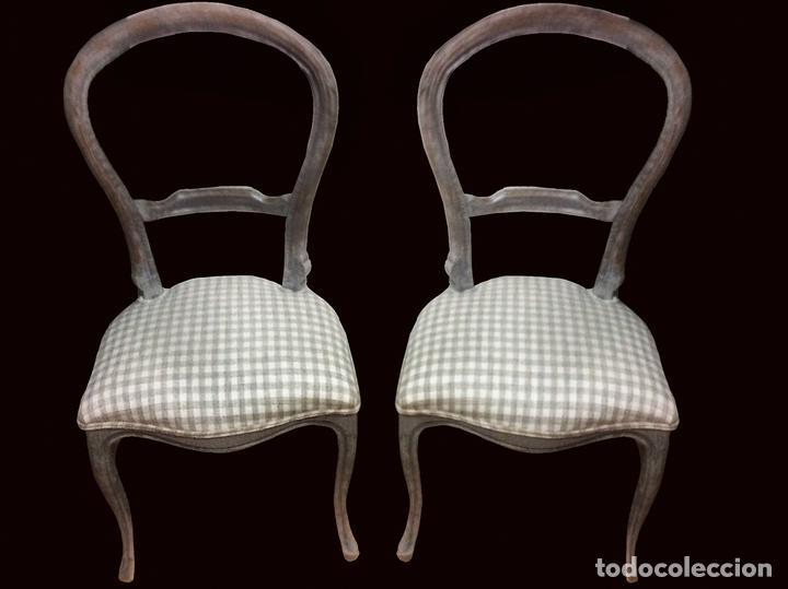 Antiguas sillas isabelinas, gris y cuadritos de vichy