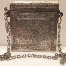 Antigüedades: CAJA PORTACORÁN EN ALPACA LABRADA CON CADENA. Lote 158854325