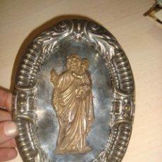 Antigüedades: ANTIGUA INMAGEN DE JOSE CON EL NIÑO JESUS EN BRONCE SOBRE LATÓN BAÑADO EN PLATA. Lote 158862862