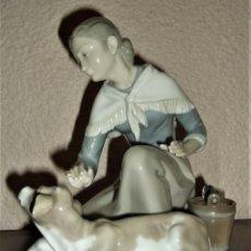 Antigüedades: PORCELANA LLADRÓ 4827 . ACARICIANDO EL BECERRITO. PASTORA CON BECERRO.. Lote 158889722