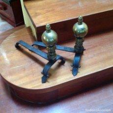 Antigüedades: MURILLOS DE LATÓN DORADO Y HIERRO FORJADO. DECORATIVOS PARA CHIMENEA. Lote 151905670