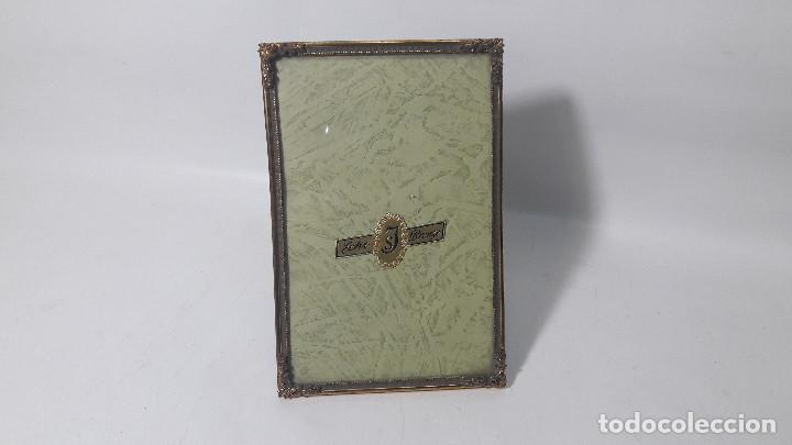 ANTIGUO PORTAFOTOS EN METAL DORADO HACIA 1920, MEDIDA TOTAL 9,5X14,5 CM, BUEN ESTADO (Antigüedades - Hogar y Decoración - Portafotos Antiguos)