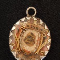 Antigüedades: RELIQUIA EX PALLIO CONTENIDA EN RELICARIO DE PLATA Y DOBLE CRISTAL. 3,1X 2,7CM. S. XVII.. Lote 158988838