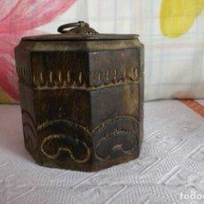 Antigüedades: CAJA ANTIGUA OCTOGONAL TALLADA A MANO CON TAPA DE METAL. Lote 158996866