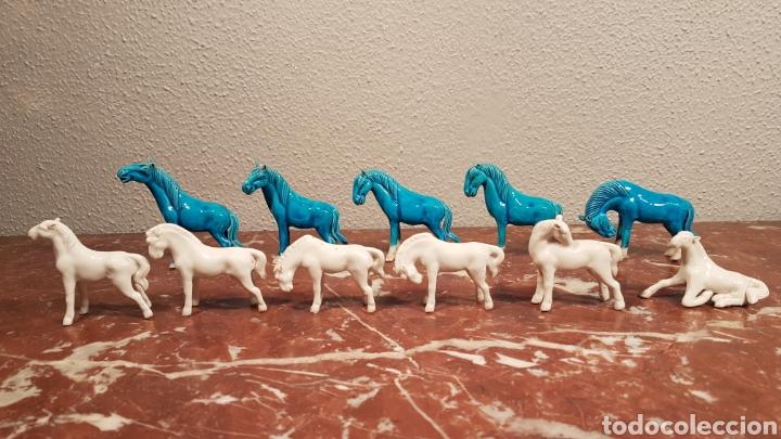 LOTE DE 11 CABALLOS DE PORCELANA AZULES Y BLANCOS. AÑOS 50. (Antigüedades - Porcelanas y Cerámicas - Otras)