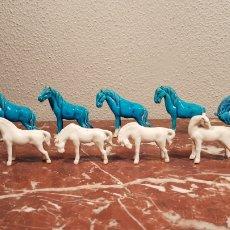 Antigüedades: LOTE DE 11 CABALLOS DE PORCELANA AZULES Y BLANCOS. AÑOS 50.. Lote 159159784