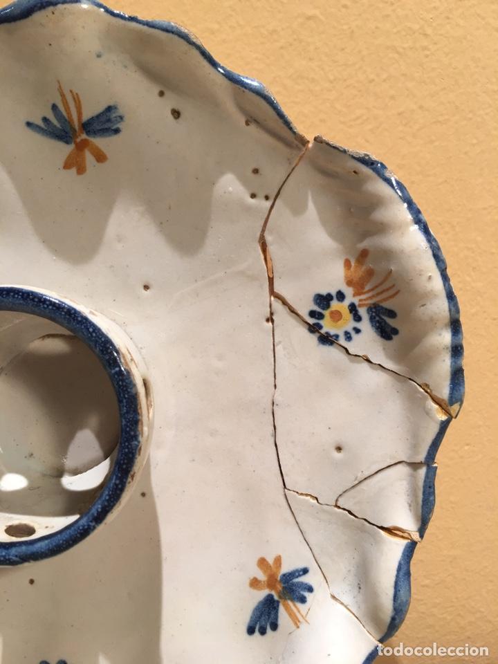 Antigüedades: Mancerina antigua de cerámica de Alcora - Ribeteada en azul - Detalle de flores pintadas - Foto 4 - 159160753