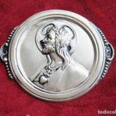 Antigüedades: SAGRADO CORAZÓN PARA PUERTA EN CHAPA DE METAL PLATEADO. Lote 159202602