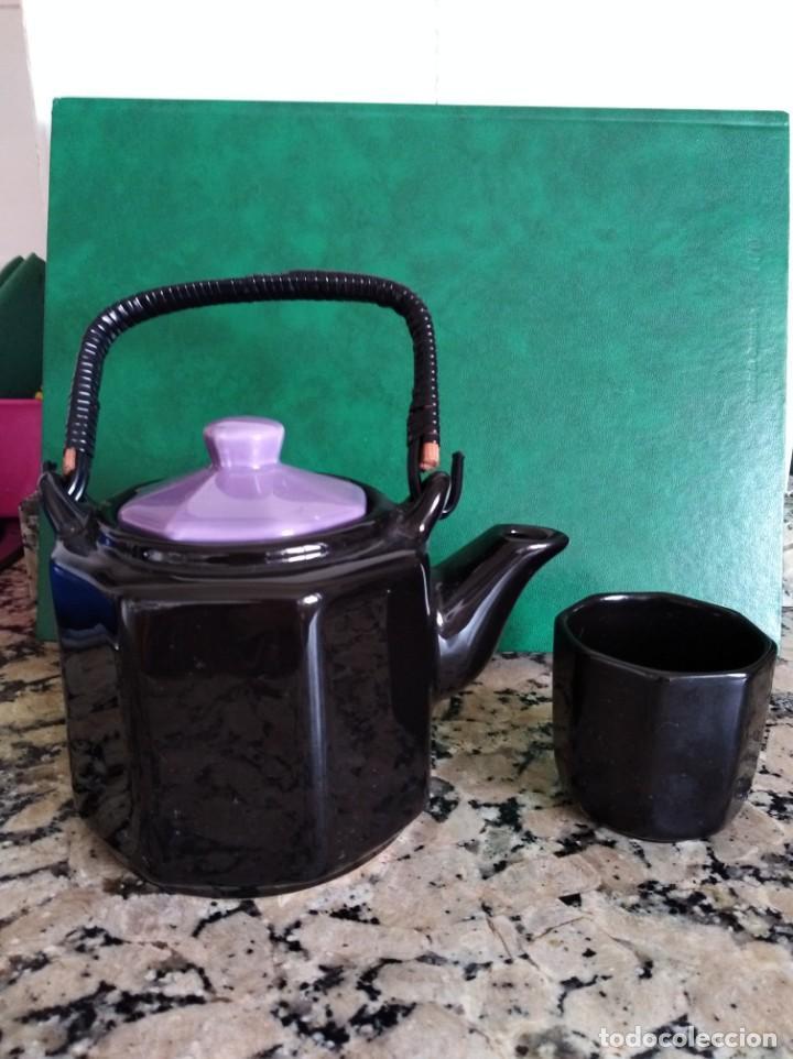 CAFETERA Y VASO PORCELANA ESMALTADA EN NEGRO Y VIOLETA (Antigüedades - Porcelanas y Cerámicas - Otras)