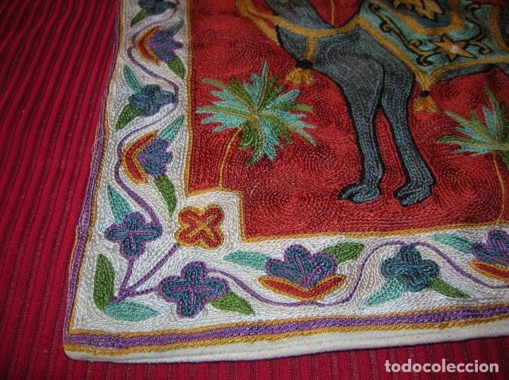 Antigüedades: Precioso cojín bordado a cadeneta a mano - Foto 2 - 213463733