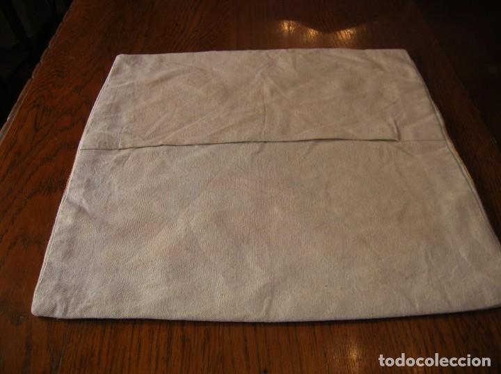 Antigüedades: Precioso cojín bordado a cadeneta a mano - Foto 3 - 213463733