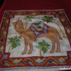 Antigüedades: MUY BONITO COJÍN BORDADO A MANO A CADENETA.. Lote 159265650