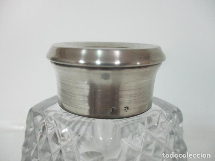 Antigüedades: Preciosa Botella Licorera - Cristal Tallado - Cuello en Plata de Ley, con Contrastes - Foto 4 - 242234480
