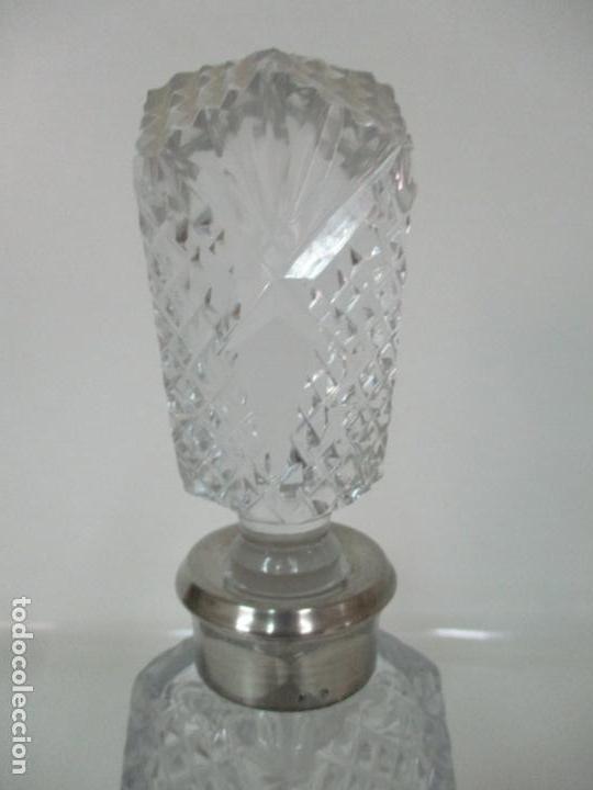 Antigüedades: Preciosa Botella Licorera - Cristal Tallado - Cuello en Plata de Ley, con Contrastes - Foto 6 - 242234480