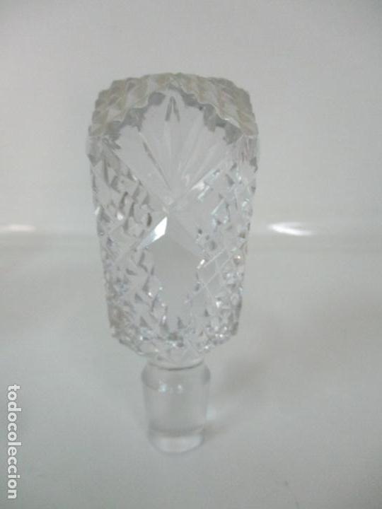 Antigüedades: Preciosa Botella Licorera - Cristal Tallado - Cuello en Plata de Ley, con Contrastes - Foto 8 - 242234480