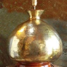 Antigüedades: IMPRESIONANTE LÁMPARA - LATÓN AFGANO Y MADERA DE ROBLE - GRAN TAMAÑO - ALTA DECORACIÓN. PIEZA ENORME. Lote 159268710
