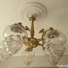 Oggetti Antichi: LAMPARA PRINCIPIOS S XX CON DRAGONES EN BRONCE DORADO Y TULIPAS DE CRISTAL SOPLADO TALLADO. Lote 172280924
