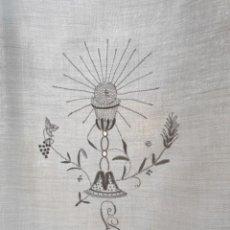 Antigüedades: MANTEL DE ALTAR O COMUNIÓN BORDADO A MANO 182 X 80 CM. BUEN ESTADO. S.XX. Lote 159331694