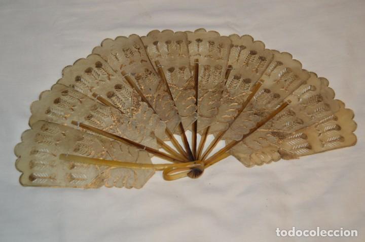 VINTAGE- ABANICO PIEL DE PAPIRO / PIEL CABRITILLA Y ASTA, DECORADOS, PERFORADOS Y DORADOS - ¡MIRA! (Antigüedades - Moda - Abanicos Antiguos)