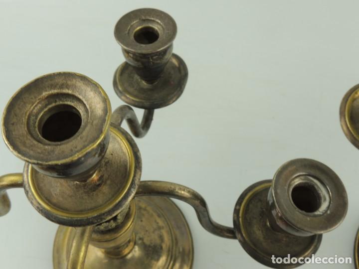 Antiquitäten: Excelente Pareja de Candelabros de Metal Bonito Objeto de Decoración - Foto 13 - 159449498