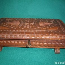 Antigüedades: CAJA DE MADERA TALLADA A MANO. Lote 159460818