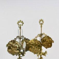 Antigüedades: * PAREJA DE CANDELABROS EN BRONCE CON PANTALLA .SIGLO XIX.. Lote 159493442