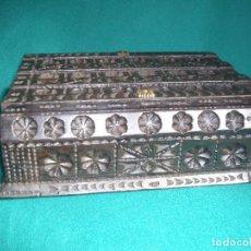 Antigüedades: CAJA DE MADERA TALLADA A MANO. Lote 159499366