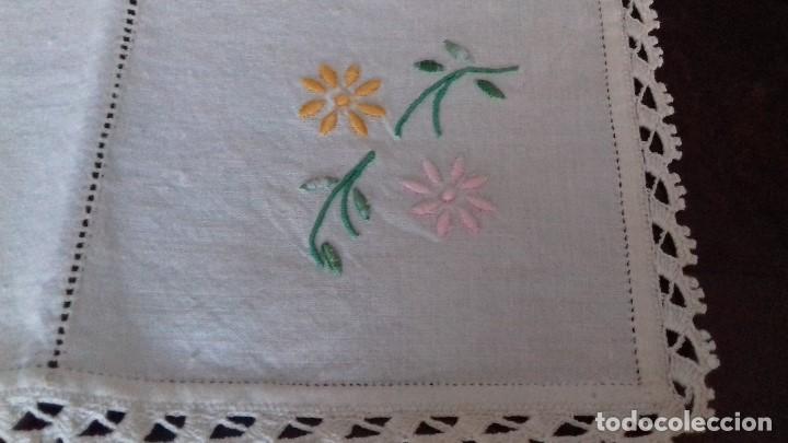Antigüedades: ANTIGUO Y BONITO MANTELITO DE LIENZO BORDADO A MAQUINA CON VAINICA Y PUNTAS DE CROCHET. CON 2 SERVIL - Foto 10 - 159584822
