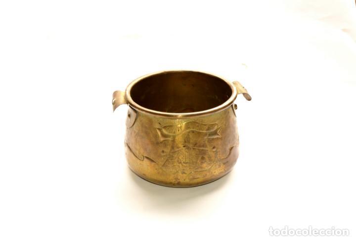 Antigüedades: MACETERO DE METAL CON RELIEVE DE 11 CM DE ALTO POR 16 CM DE ANCHO Y 450 GRS DE PESO - Foto 3 - 159605354