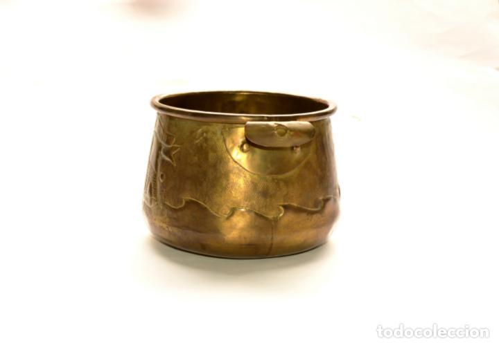 Antigüedades: MACETERO DE METAL CON RELIEVE DE 11 CM DE ALTO POR 16 CM DE ANCHO Y 450 GRS DE PESO - Foto 4 - 159605354