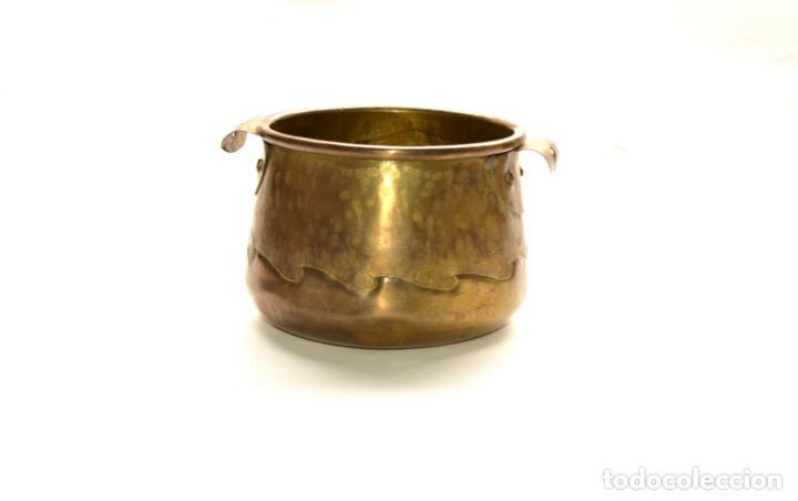 Antigüedades: MACETERO DE METAL CON RELIEVE DE 11 CM DE ALTO POR 16 CM DE ANCHO Y 450 GRS DE PESO - Foto 5 - 159605354