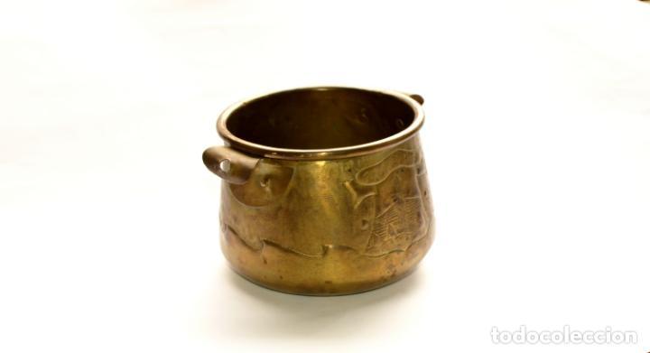 MACETERO DE METAL CON RELIEVE DE 11 CM DE ALTO POR 16 CM DE ANCHO Y 450 GRS DE PESO (Antigüedades - Hogar y Decoración - Maceteros Antiguos)