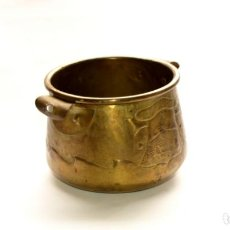 Antigüedades: MACETERO DE METAL CON RELIEVE DE 11 CM DE ALTO POR 16 CM DE ANCHO Y 450 GRS DE PESO. Lote 159605354