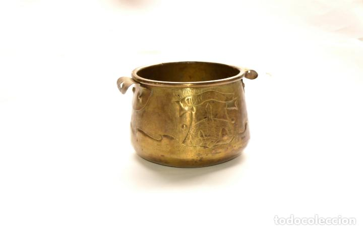 Antigüedades: MACETERO DE METAL CON RELIEVE DE 11 CM DE ALTO POR 16 CM DE ANCHO Y 450 GRS DE PESO - Foto 2 - 159605354