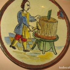 Antigüedades: PLATO CERAMICA PINTADO A MANO J.OLLER MOTIVO OFICIO BODEGUERO 25 CM.. Lote 159612658