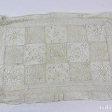 Antigüedades: TAPETE CON CALADOS EN VAINICA. MEDIADOS S.XX.. Lote 159617214