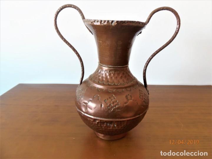ANTIGUA ÁNFORA EN COBRE (Antigüedades - Hogar y Decoración - Floreros Antiguos)