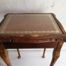Antigüedades: ANTIGUA MESA AUXILIAR MADERA Y CRISTAL. TALLADA.. Lote 166019173