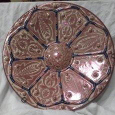 Antigüedades: PLATO DE CERAMICA ESMALTADA DE REFLEJOS METALICOS, MANISES, AÑOS 20. MIDE 39 CM. Lote 159668552