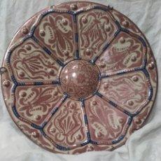 Antigüedades: PLATO DE CERAMICA ESMALTADA DE REFLEJOS METALICOS, MANISES,AÑOS 20, CON GRAPAS ANTIGUAS. MIDE 39 CM. Lote 159670600