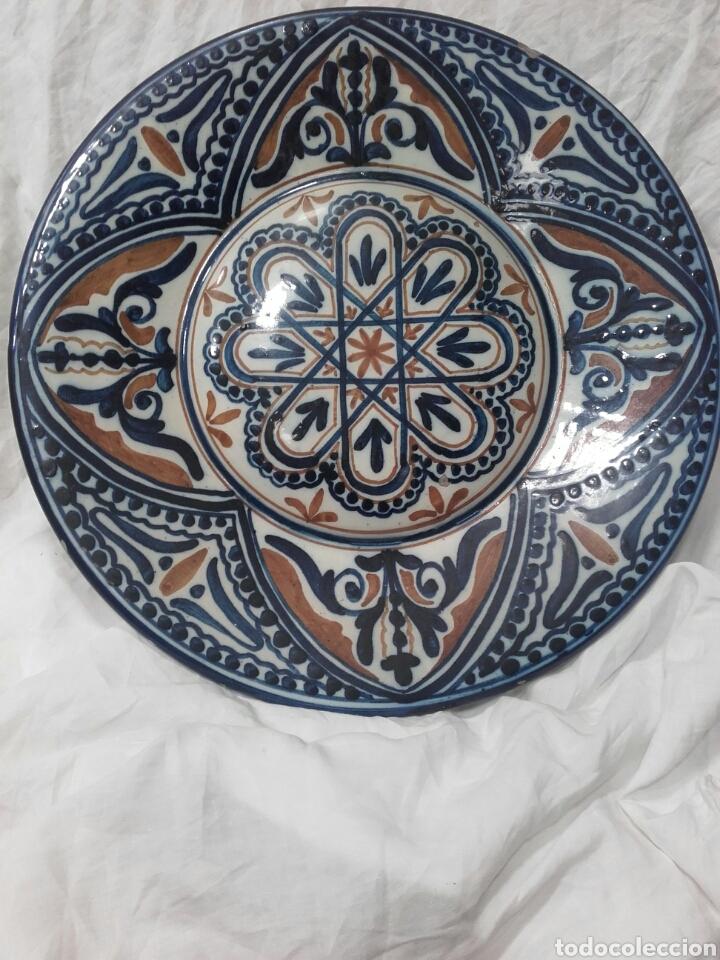 PLATO DE CERAMICA ESMALTADO, MANISES, PPS SIGLO XX. MIDE 37 CM (Antigüedades - Porcelanas y Cerámicas - Manises)