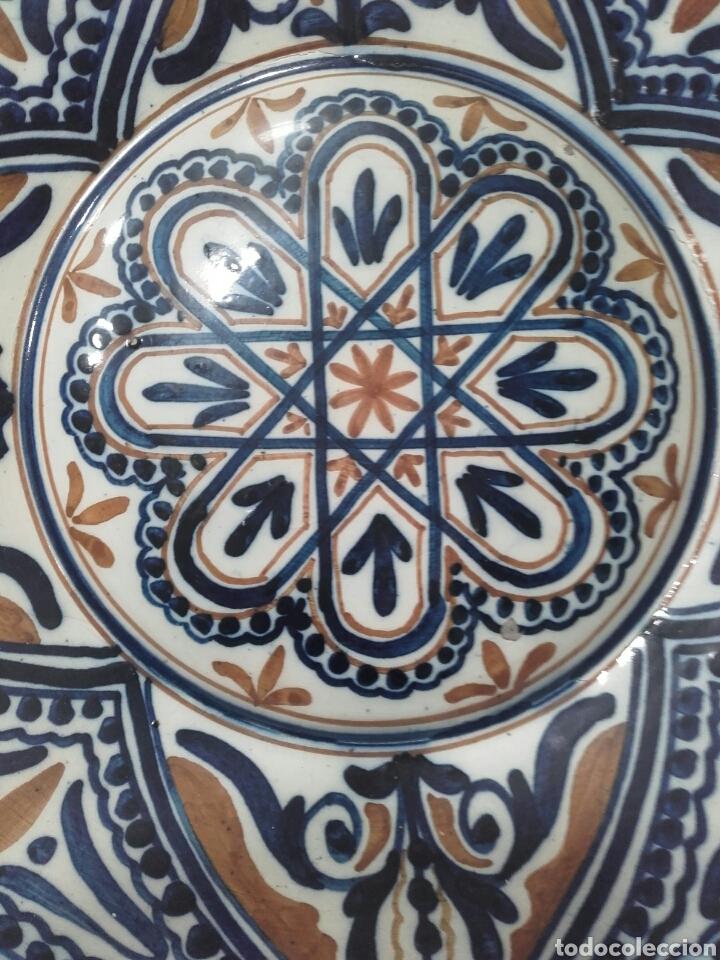 Antigüedades: PLATO DE CERAMICA ESMALTADO, MANISES, PPS SIGLO XX. MIDE 37 CM - Foto 2 - 159672865