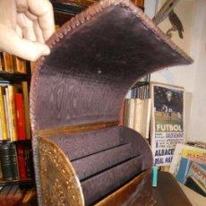Antigüedades: GUARDACARTAS O GUARDADOCUMENTOS EN PIEL REPUJADA MOTIVO EL QUIJOTE- 14 X 23 X 29 CMS.. Lote 159687338