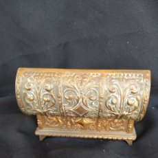 Antigüedades: COFRE DE BRONCE DORADO. INTERIOR TERCIOPELO AZUL. Lote 159705040