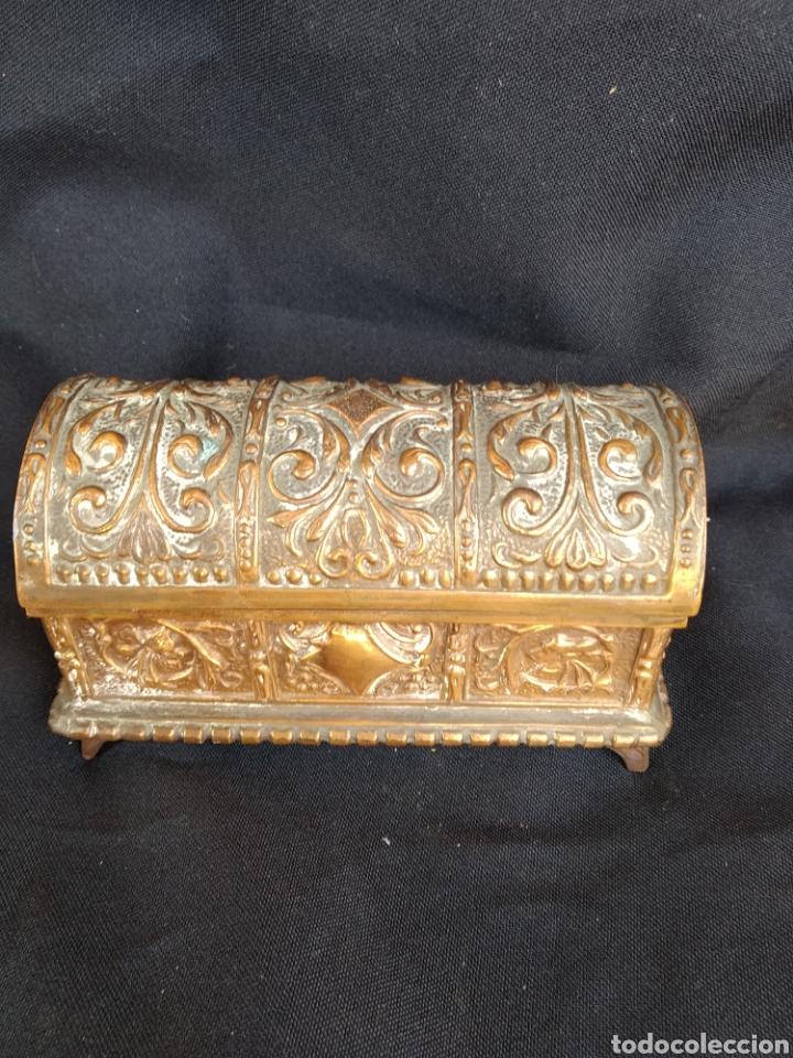 Antigüedades: COFRE DE BRONCE DORADO. INTERIOR TERCIOPELO AZUL - Foto 4 - 159705040