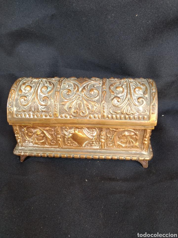 Antigüedades: COFRE DE BRONCE DORADO. INTERIOR TERCIOPELO AZUL - Foto 9 - 159705040