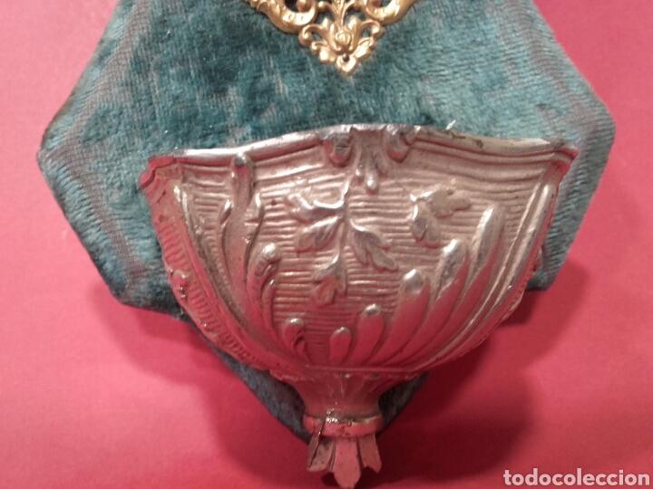 Antigüedades: BENDITERA DE METAL Y FILIGRANA DORADA SOBRE TERCIOPELO AZUL - Foto 3 - 159741865