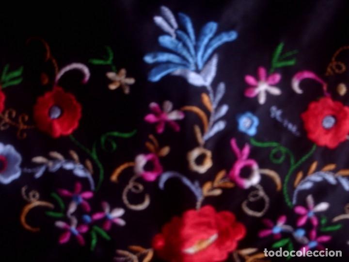 ~~~~ BONITO MANTON PICO DE CREPE CON MUCHA CAIDA, FONDO NEGRO CON COLORIDO BORDADO FLORAL.~~~~ (Antigüedades - Moda - Mantones Antiguos)
