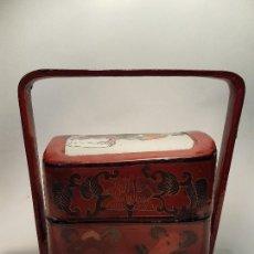 Antigüedades: ANTIGUA CAJA COSTURERO EN PAPEL MACHE LACADO SG.XIX PLACA PORCELANA ASIATICA 1870-1890. Lote 159963794